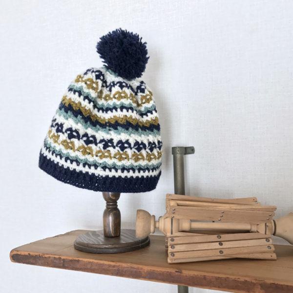 「冬のかぎ針あみこもの」4色づかいの模様編みキャップ