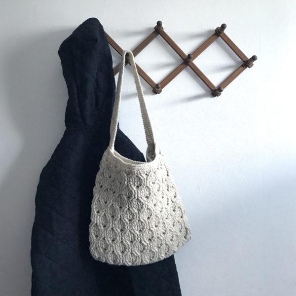 「冬のかぎ針あみこもの」ハニカム模様のショルダーバッグ
