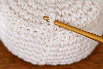 かぎ針編み ケーキ ①ケーキの土台に針を入れます