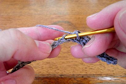 ①向こう側1本だけをすくってこま編み