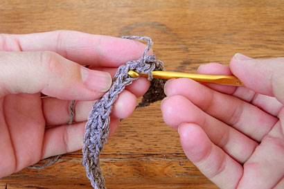 ②手前側1本だけをすくってこま編み