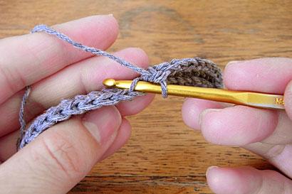 ③向こう側1本だけをすくってこま編み