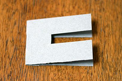 ①厚紙をコの字型に切ります