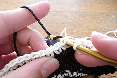 かぎ針編み 色替え ②グレーの糸をかけて引き抜きます