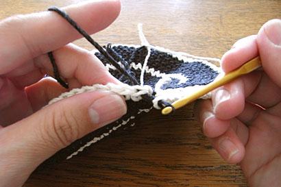 かぎ針編み 色替え ③グレーの糸を引き出したところ