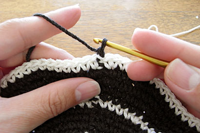かぎ針編み 色替え ⑤立ち上がりの鎖を1つ編んだところです