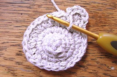 ④1つとなりの目に、引き抜き編みをしました