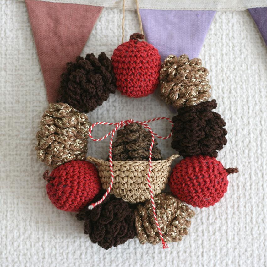 かぎ針編み 松ぼっくりのクリスマスリース