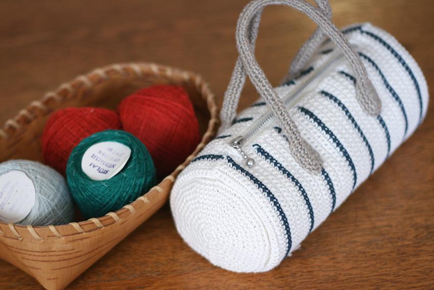 かぎ針編み 円柱型のマリンカラーポーチ