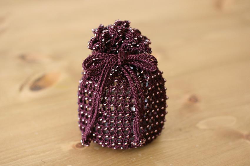 かぎ針編み 巾着 糸とビーズの色を変えてみたり