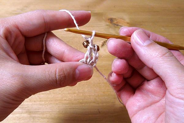 かぎ針編み 次のくさり目にも同様にビーズ1個を編み入れます