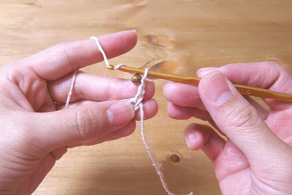 かぎ針編み 立ち上がりの3目を編み、次のくさり1目にビーズを編み込みます