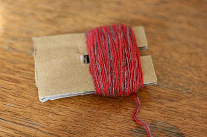 ①厚紙に毛糸を巻きつけたところ