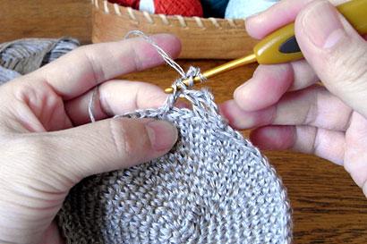 かぎ針編み 麻の葉模様Ⅱ ⑤下の絵にあらわしたハの字部分にかぎ針を入れます