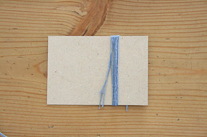 ④台紙に糸を6回巻きます