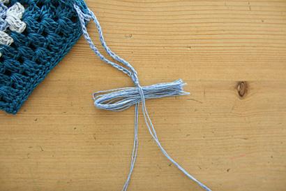 ⑤玉結びした糸端の間にはさみます