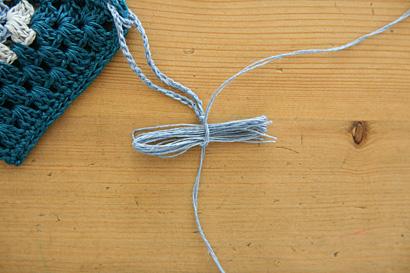 ⑥タッセルの糸束を糸端で結びます