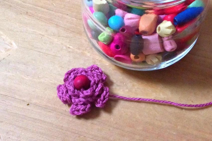 かぎ針編み 小さなお花にビーズをつけたら