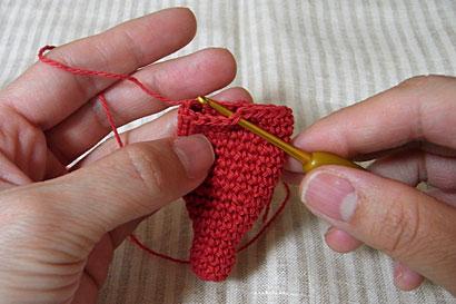 ①えびの頭に糸をつけて編みます