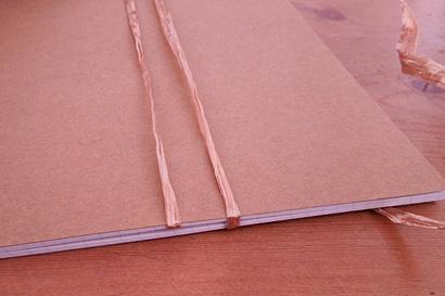 ④糸の巻きはじめをノートに挟みます