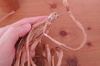 ⑩糸端をとじ針に通し、結び目にくぐらせます
