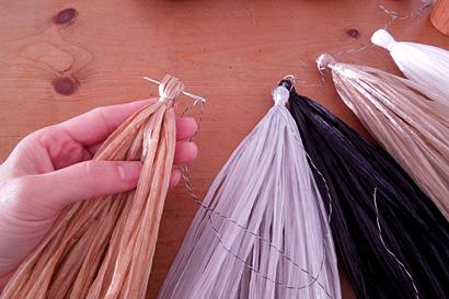 ⑮細い糸でタッセル同士をつないでいきます