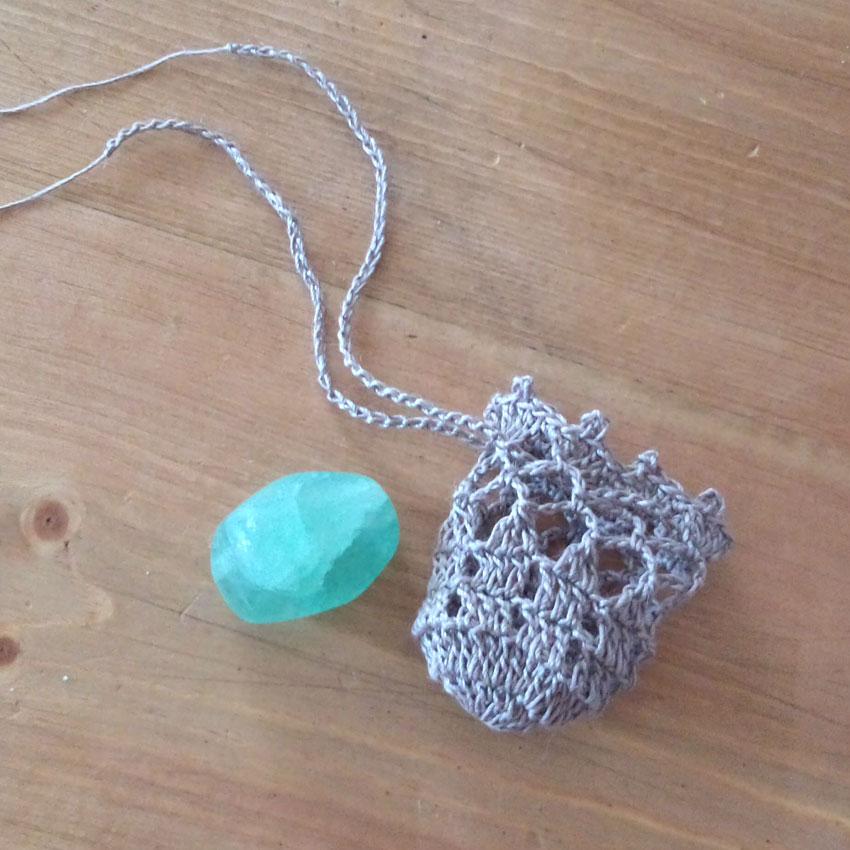 かぎ針編み 小袋ペンダント_天然石を入れたり