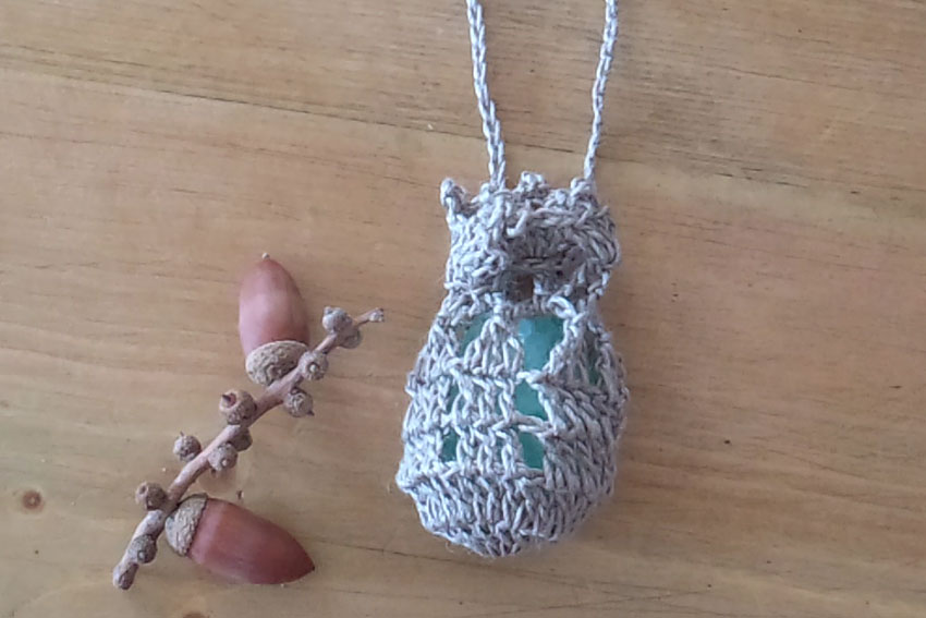 かぎ針編み 小袋ペンダント