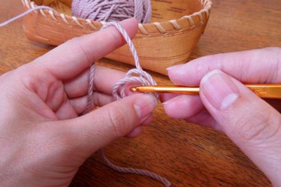 かぎ針編み わ編み [4]針を糸の輪の中に入れます