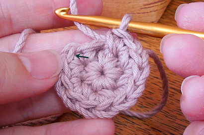 かぎ針編み わ編み [33]矢印の先に針を入れて引き抜き編みをします