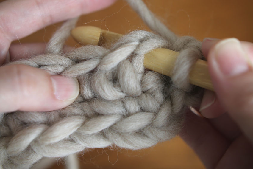 かぎ針編み 針を入れ、前段のくさりを束にすくっています