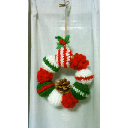 かぎ針編み patariroさんの「松ぼっくりのクリスマスリース」