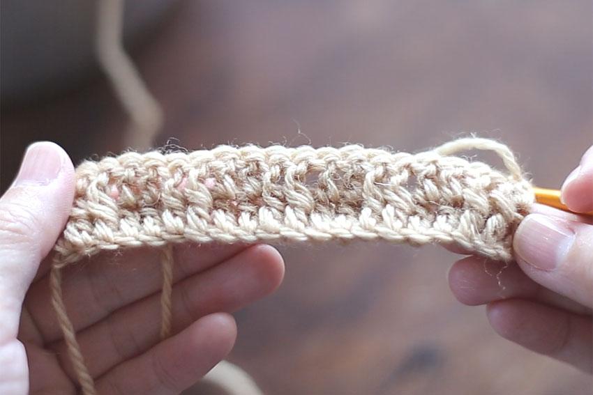 かぎ針編み 2段目を編み終えた後の、編み地の表側の様子