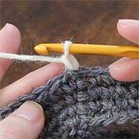 こま編み[1] 立ち上がりのくさり1目を編みます。