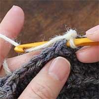 こま編み[4] 針を入れたら、糸をかけて引き出します。