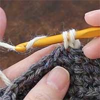 こま編み[6] 糸をかけ、2つのループをくぐらせます。