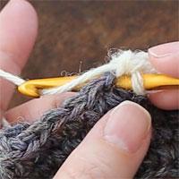 こま編み増し目[5] 針を入れました。糸をかけて引き出します。