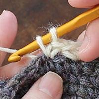 こま編み増し目[6] 糸を引き出しました。もう一度糸をかけて引き出します。