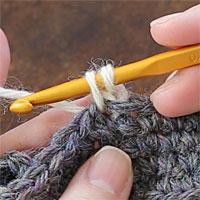 こま編み2目一度[3] 糸を引き出しました。そのまま左となりの目に針を入れます。