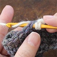 こま編み2目一度[4] となりの目に針を入れたら、また糸をかけて引き出します。