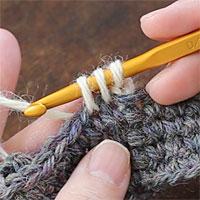 こま編み2目一度[5] 糸を引き出すと、かぎ針に3つのループがかかった状態になります。