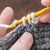 こま編み2目一度[6] もう一度糸をかけて、一気に3つのループをくぐらせます。