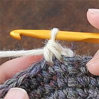 こま編み2目一度[7] ループをくぐらせて糸を引き出し、こま編み2目一度が完成しました。