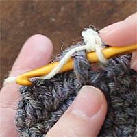 こま編み表引き上げ編み[2] 糸をかけます。
