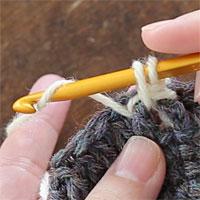 こま編み表引き上げ編み[4] もう一度糸をかけて引き出します。