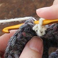 こま編み裏引き上げ編み[3] 針を入れるとこのようになります。