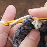 こま編み裏引き上げ編み[4] 糸をかけて、編み地の裏側で引き出します。