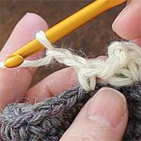 こま編み1、くさり2、こま編み1[2] つづけてくさり2目を編みます。