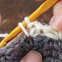 こま編み1、くさり2、こま編み1[4] 糸を引き出しました。また糸をかけて引き出し、こま編みを完成させます。