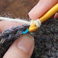 手前側1本だけすくって編むすじ編み[1] 前段の目の、手前側1本(青印)だけをすくって編みます。